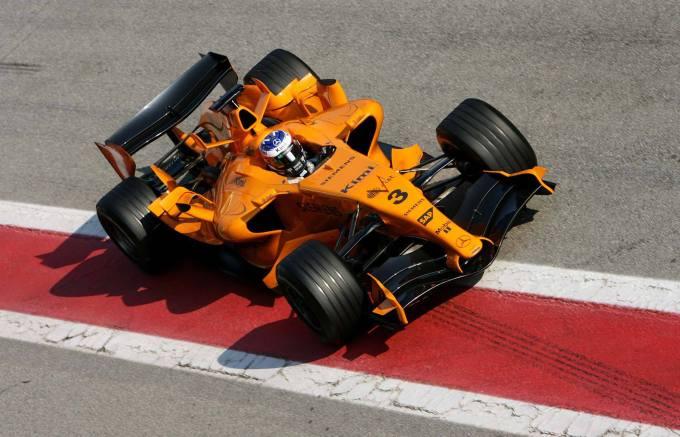 Já em 2006, com a saída da West, a equipe usou o laranja na pré-temporada, mas não vingou.